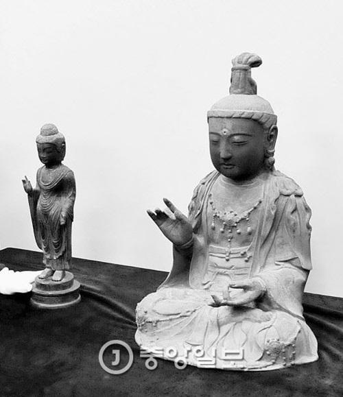 26日に大田地裁が所有権を浮石寺に認める判決を出した観世音菩薩坐像(右)。左は昨年7月に返還された銅像如来立像。(写真=中央フォト)