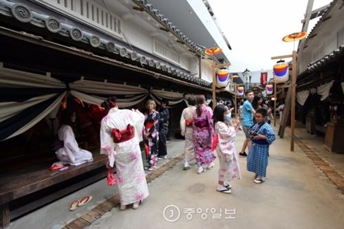 大阪の観光地を旅行している観光客。(写真は資料で本記事と直接の関連はありません)