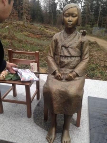 欧州で初めてドイツに設置された「平和の少女像」(チョ・ヨンナムさんのフェイスブック)