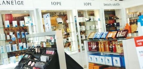 韓国と中国のTHAAD葛藤でカリフォルニア州南部の中国人も韓国製品に対する拒否感が大きくなり、関連商品の販売が低調であることが分かった。写真はある韓国化粧品ショップの商品ショーケースの様子。
