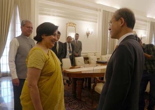 インドに訪問中の林聖男外交部次官(右)が28日、インドのプリティ・サラン外務次官を予防している。(写真=外交部)