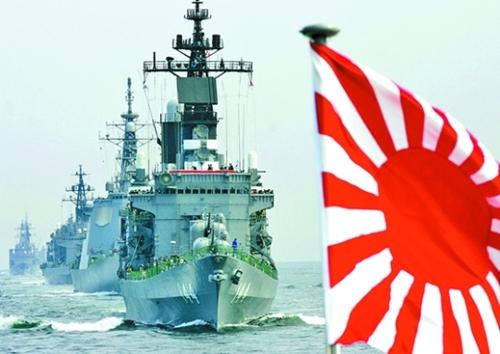 旭日旗を掲げている日本の海上自衛隊艦艇。(写真=中央フォト)