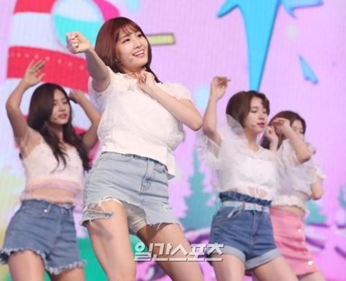 15日午後、ソウル漢南洞ブルースクエアで行われたTWICEの4thミニアルバム『SIGNAL』のショーケースでダンスを披露するTWICEのメンバー。