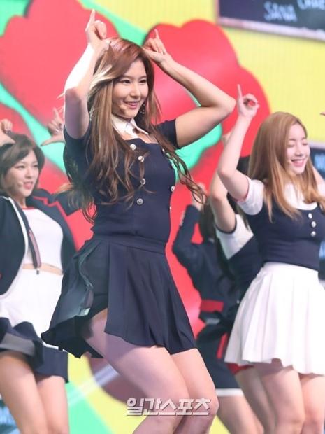 15日午後、ソウル漢南洞ブルースクエアで行われたTWICEの4thミニアルバム『SIGNAL』のショーケースでダンスを披露するTWICEサナ。