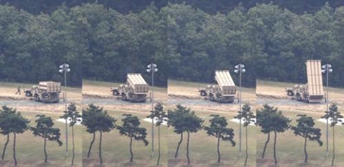 6日、慶尚北道星州ゴルフ場の敷地に配備された高高度ミサイル防衛体系ミサイル発射台で、米軍が点検する発射台1基が展開している様子。この日午前、輸送用UH-60米軍ヘリコプター2機がゴルフ場に到着して1時間15分ほどとどまった。その後、発射台周辺で米軍関係者が発射台を点検する様子が目撃された。