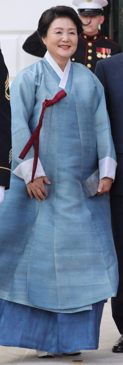 金正淑(キム・ジョンスク)夫人が29日午後(現地時間)、ホワイトハウスでの歓迎夕食会に翡翠色の韓服姿で螺鈿のバッグを持って出席した。