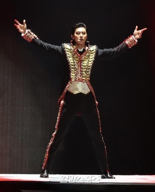 8日、ソウル麻浦区上岩洞ソウルワールドカップ競技場で開かれたSMTOWNコンサート「SMTOWN LIVE WORLD TOUR VI in SEOUL」でパフォーマンスを披露している東方神起のユノ・ユンホ。