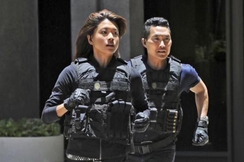 米国CBSドラマ『Hawaii Five-O』に出演した韓国系米国女優のグレイス・パーク(左側)と同じく俳優のダニエル・デイ・キム。