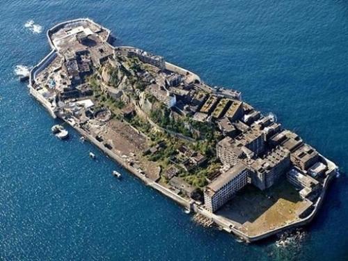 長崎港の近くに位置する軍艦島(写真=中央フォト)