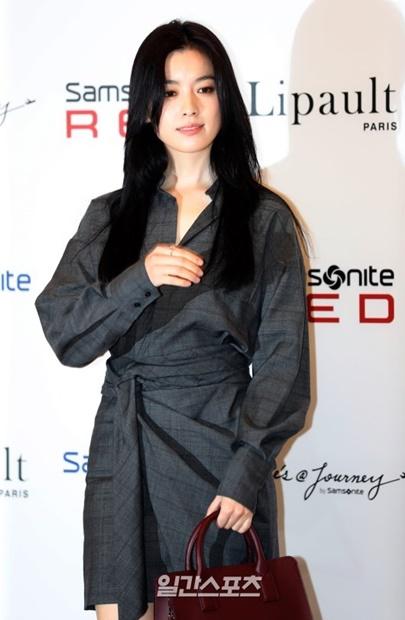 14日午後、ソウルロッテ百貨店「AVENUEL」蚕室店で開かれたトラベルブランドのオープンイベントのフォトタイムで、ポーズを取る女優ハン・ヒョジュ。
