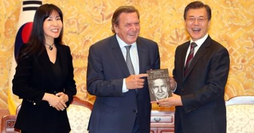 今月12日、文在寅大統領と会ったシュレーダー元ドイツ首相と当時通訳を担当したキム・ソヨンさん(左)。ドイツ大衆紙ビルトはシュレーダー元首相が韓国人女性キム・ソヨンさんと恋に落ちたと報じた。