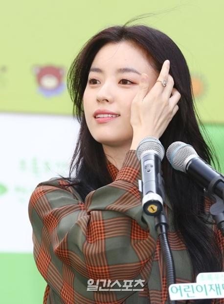 26日午前、ソウル清渓広場で行われた緑の傘子供財団「緑の傘天使デー」宣言式のイベントに登場した女優のハン・ヒョジュ。