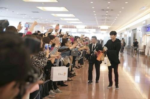 12日午前、羽田空港で多くのファンの出迎えを受けて日本に入国する俳優パク・ソジュン。