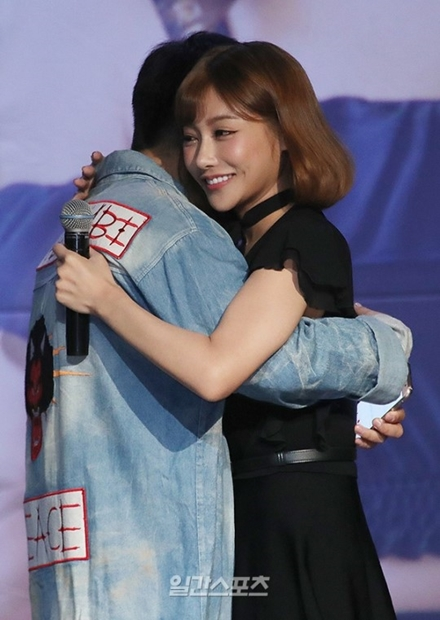 21日午後、ソウル麻浦区西橋洞のHANATOUR V-HALLで行われたファンミーティングに登場した日本女優の明日花キララ。