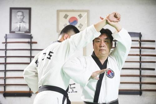 武芸研究家イ・ホチョル博士が弟子と合気道(ハプキド)の演武をしている。