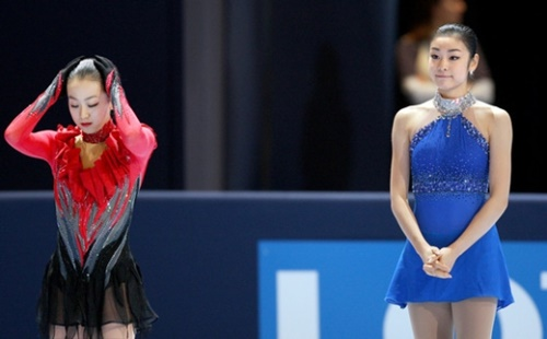 2013世界フィギュア選手権大会での浅田真央(左)とキム・ヨナ両選手(写真=中央フォト)