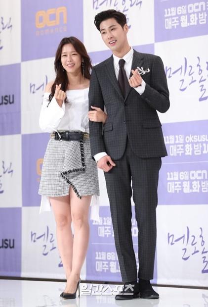30日午後、ソウル永登浦タイムスクエアで開かれたドラマ『メロホリック』の製作発表会に登場した女優キョン・スジンと東方神起ユンホ。