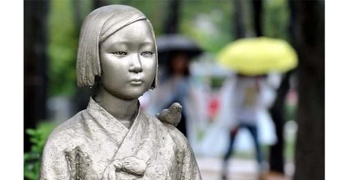 世界慰安婦の日の14日、大田西区のボラメ公園にある平和の少女像の目に雨水が涙のようにたまっている。