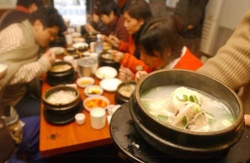 高麗参鶏湯(サムゲタン)店。中国人観光客がまた見え始めた。(写真=中央フォト)
