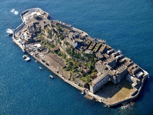 三菱重工業の長崎県端島海底炭鉱(別名「軍艦島」)。(写真=中央フォト)