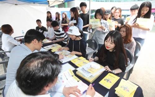 就職フェスティバルに集まった大学生。景気不況と就職難が続くと早くから就職を準備する大学生が増加している。(写真=中央フォト)