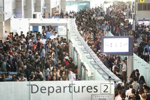 旅行客で混雑している韓国仁川空港。