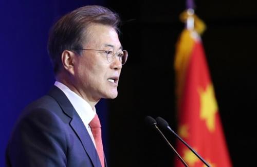 文在寅大統領が13日午後、中国国賓訪問最初の日程として北京に位置したソフィテルワンダホテルで開かれた在中国韓国人昼食懇談会で挨拶を述べている。(写真=青瓦台カメラマン団)