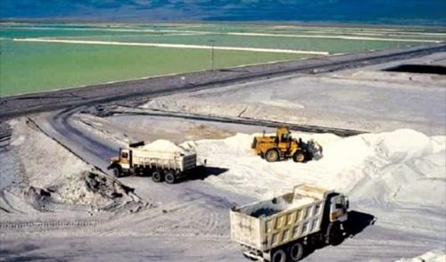 鉱山業者のトラックが世界2位のリチウム埋蔵地として知られるチリ・アタカマ砂漠で採掘した塩を積み出している。リチウムはりん酸リチウムの形で塩と混ざっており、分離過程を経て抽出する。