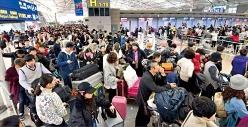 24日、仁川国際空港旅客ターミナル3階の出発ロビーはクリスマス連休を海外で過ごそうとする空港利用客で混雑した。年内の出国者数は2600万人を超え、昨年に続いて過去最多となる見込みだ。