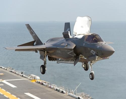 米海兵隊のF35B戦闘機が作戦のため甲板から垂直離陸している。(写真=ロッキード・マーチン)