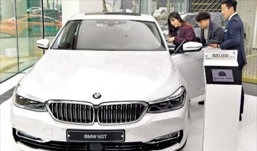 今月16日、ソウル城東区(ソンドング)のBMW展示場で来場者が価格が1億ウォンに迫るBMW6シリーズ・グランツーリスモについて説明を聞いている。