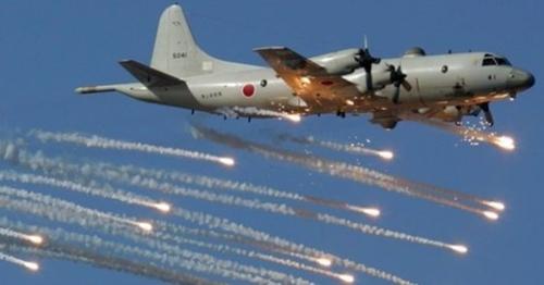 日本海上自衛隊所属のP3C哨戒機が熱追跡ミサイルを回避するため、フレア(高温の閃光弾)を使用して飛行している。(写真=中央フォト)