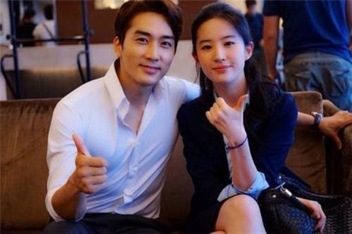 俳優ソン・スンホン(42・左)と中国女優の劉亦菲(31)が破局した。