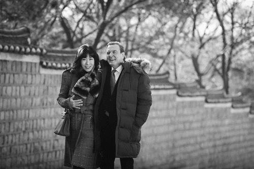 先月8日、昌徳宮でシュレーダー元ドイツ首相(右)とキム・ソヨン氏を撮影した姿。(クォン・ヒョクジェ写真専門記者)
