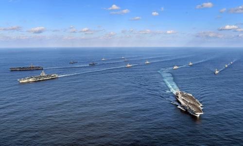 米海軍の原子力空母3隻が昨年11月12日、東海上の韓国作戦区域(KTO)に入り、韓国海軍と連合訓練をしている。連合訓練に韓国海軍からは駆逐艦「世宗大王」など7隻が、米海軍からは空母3隻を含めてイージス艦11隻などが参加した。米空母3隻が合同訓練をしたのは2007年以来10年ぶりで、韓国海軍が米空母3隻と連合訓練をするのは創軍以来初めて。先頭は左から順に「ニミッツ」(CVN-68)、「ロナルド・レーガン」(CVN-76)、「セオドア・ルーズベルト」(CVN-71)、2列目の左は「西?柳成龍」(DDG-993)、右は「世宗大王」(DDG-991)。(写真=海軍)