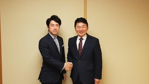 26日、東京で面会した自民党の小泉進次郎議員(左)と元喜龍済州知事(右)が握手をしている。(写真=元喜龍知事側提供)