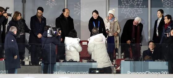 9日の2018平昌冬季オリンピック開会式で、文在寅(ムン・ジェイン)大統領と金与正(キム・ヨジョン)北朝鮮党中央委員会第1副部長が握手をしている。(中央フォト)