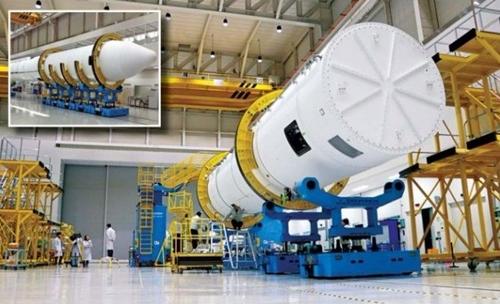 韓国航空宇宙研究院と韓国航空宇宙産業関係者らが8日に全羅南道高興の羅老宇宙センターロケット組み立て棟で韓国型試験ロケット認証モデル(QM)試験を控えロケットを点検している。枠内は75トン液体エンジンと8トンほどの重量のペイロード部分が完全に結びついた姿。(写真=韓国航空宇宙研究院)