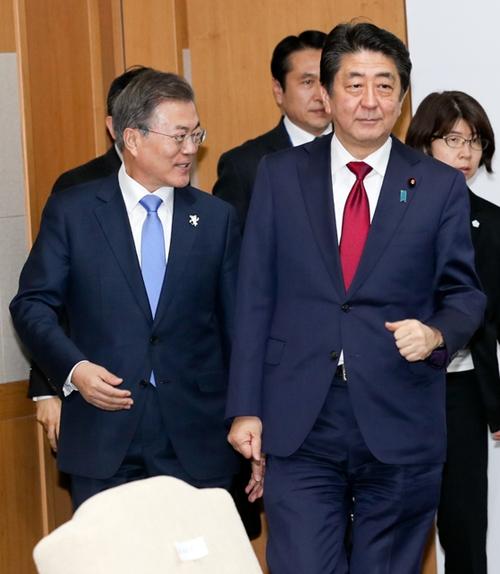 文在寅大統領(左)が9日午後、平昌五輪開会式参加のため訪韓した日本の安倍晋三首相(右)と首脳会談を行うために会場入りしている。(写真=青瓦台写真記者団)