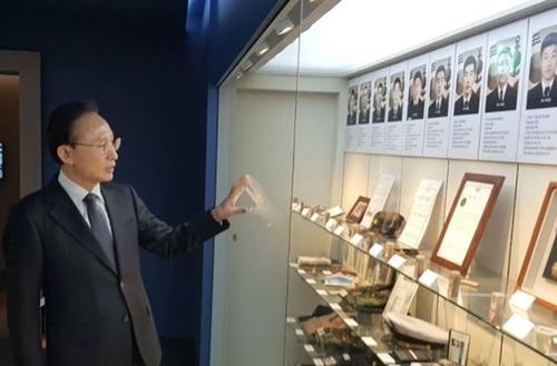 李明博(イ・ミョンバク)元大統領が26日、京畿道平沢の韓国哨戒艦「天安」記念館を訪問した後、フェイスブックに載せた写真。