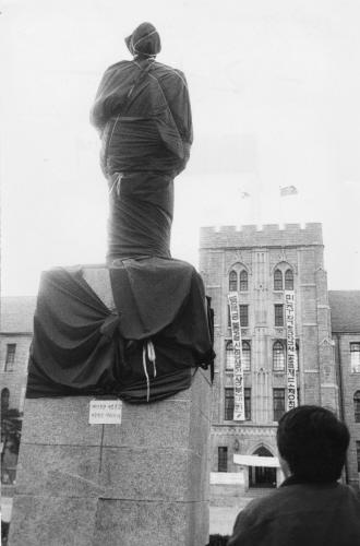 1989年3月29日、高麗大の学生が当時の李準範(イ・ジュンボム)総長の辞任を要求しながら受講を拒否し、仁村・金性洙の銅像に黒い布をかぶせた。