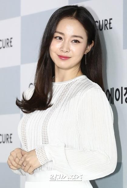 29日午後、ソウル江南区新寺洞で開かれた「セルトリオンスキンキュア・フラッグシップショップ」のオープンイベントに登場した女優キム・テヒ。