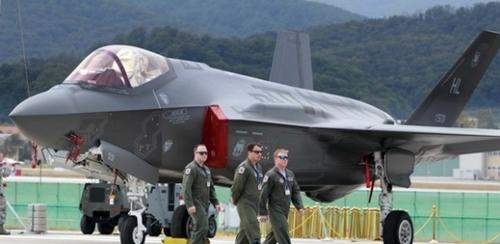 韓国で初めて実物展示された米ステルス機F-35A。