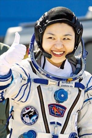 韓国最初であり唯一の宇宙飛行士であるイ・ソヨン氏が2008年4月8日にカザフスタンのバイコヌール宇宙基地で搭乗するロシアのソユーズロケットに向けて親指を立てている(写真=韓経DB)