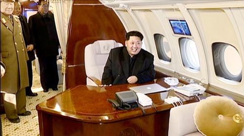 北朝鮮朝鮮中央テレビは金正恩委員長が長距離ロケット(ミサイル)発射場の東倉里(トンチャンリ)を訪問したという記録映画を2016年に放送した。金正恩委員長が専用機「チャムメ1号」に乗って黄炳瑞(ファン・ビョンソ)軍総政治局長(左)と対話している場面。(中央フォト)