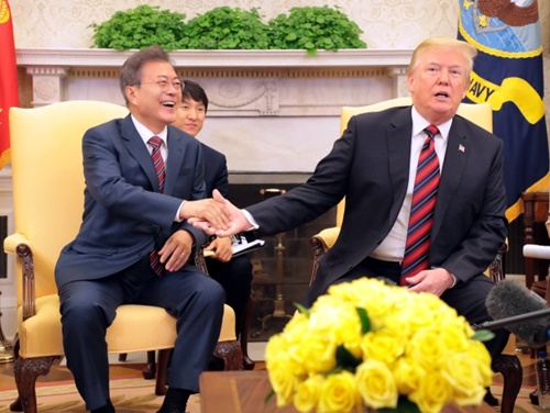 米ワシントンを公式実務訪問中の文在寅大統領が22日午後(現地時間)、ホワイトハウスで行われた韓米首脳単独会談でトランプ大統領と握手している。(青瓦台写真記者団)