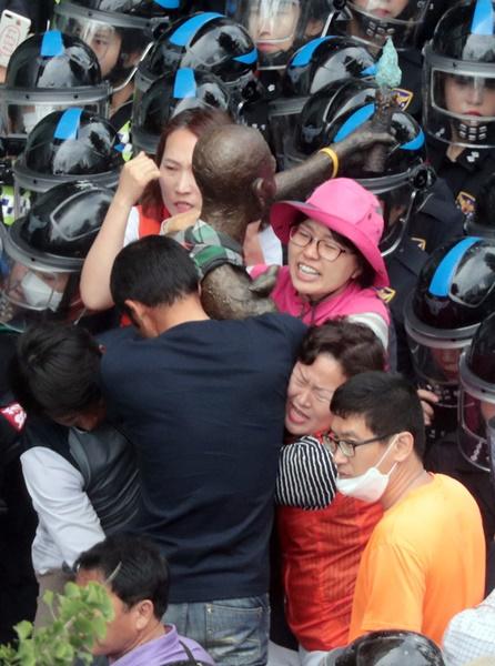 先月31日、市民団体の反発の中、釜山東区庁関係者がフォークリフトとトラックを使って釜山日本総領事館近くの歩道の前に設置されていた強制徴用労働者像の行政代執行(強制撤去)をしている。東区庁は強制撤去した強制徴用労働者像を釜山南区の日帝強制動員歴史館に移動させた。