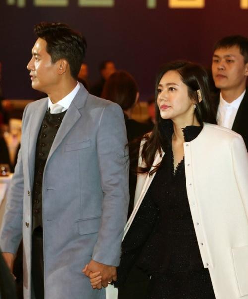 中国俳優のユー・シャオグアン(左)と韓国女優のチュ・ジャヒョン