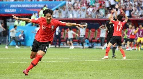 2018FIFAロシアワールドカップF組グループリーグ予選の韓国対ドイツの試合が27日、カザンアリーナで開かれた。DF金英権が後半追加時間にゴールを成功させた後、パフォーマンスをしている。