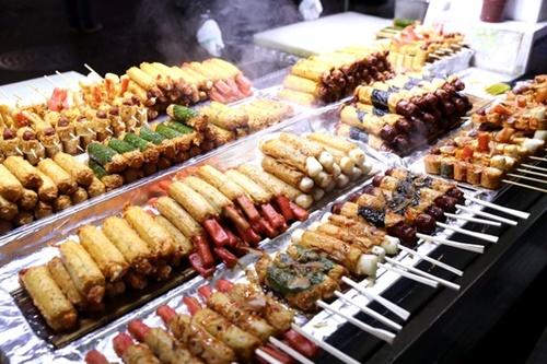 アンケート調査に応じた中国人は、海外で最も楽しむ活動に「異国の現地料理を味わうこと」を挙げた。写真はソウル明洞(ミョンドン)で販売しているストリートフード。(写真=中央フォト)